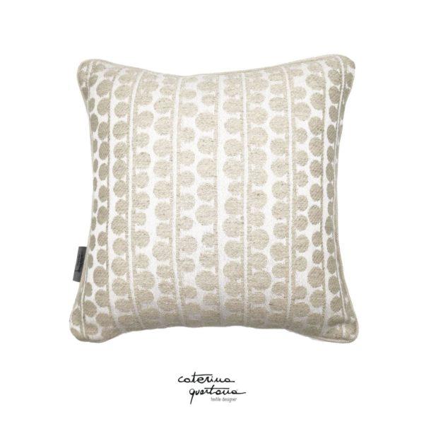 Cuscino Caterina Quartana Funzionale e decorativo il cuscino in tessuto CQ disegno bouclè, questo accessorio permette di dare un tocco di design e unicità. Prodotto realizzato a mano in Italia.