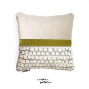 Funzionale e decorativo il cuscino in tessuto CQ disegno bouclè, la sua doppia faccia permette la facilità di abbinamento, il bordo e il profilo sono dettagli che fanno la differenza, questo accessorio permette di dare un tocco di design e unicità. Prodotto realizzato a mano in Italia.