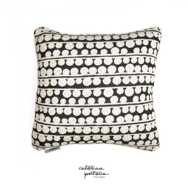 Funzionale e decorativo il cuscino in tessuto CQ disegno bouclè,r